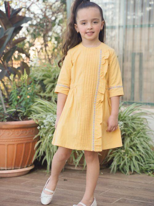 שמלה צהובה עם פס צבעוני