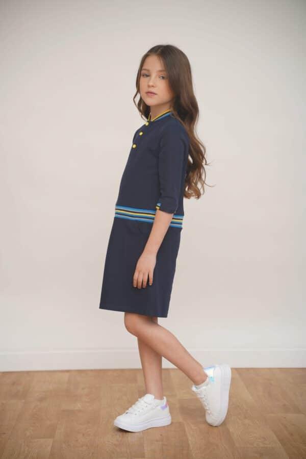 שמלה במראה ספורטיבי בצבע כחול