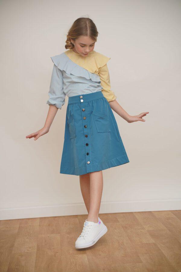 חצאית כחול תורכיז עם סגירת כפתורים מקדימה